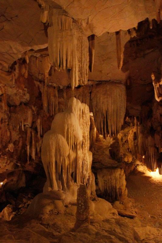 Eine der Höhlen in der trockenen Halong Bucht